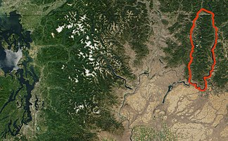 Satellitenbild der NASA des nördlichen zentralen Washington und des südlichen British Columbia mit der Kettle River Range (rote Umrandung) (Photo: MODIS Jacques Descloitres, 2001)