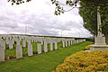 Klein Vierstraat British Cemetery. Graven met Cross of Sacrifice..jpg