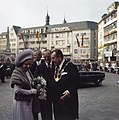 Koningin Juliana en prins Bernhard worden bij het stadhuis van Bonn begroet door, Bestanddeelnr 254-9002.jpg