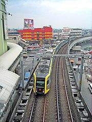 """Zug der LRT1-Linie fährt in den Bahnhof """"Taft"""" ein"""