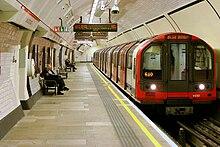 Tube-trajno enirante la Lancaster Gate metrostacion