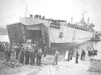 HMS LST 3519 - Image: Landingsboten als pont tussen Engeland en Nederland Landingsboten als pont tuss, Bestanddeelnr 901 9130