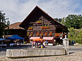 Langnau Chüechlihus mit Dorfbrunnen.jpg