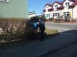 Listonosz odbierajacy przesyłki z niebieskej skrzynki rozdzielczej w 60-tysięcznym Tomaszowie Mazowieckim w województwie łódzkim. PL,EU,CC0.jpg