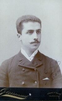 Lyon, Ricardo -09 08 1888 Cabinet con retrato de Ricardo Lyon Perez.tif
