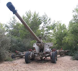 130 mm towed field gun M1954 (M-46) - M-46 in an Israeli museum. Note that the carriage is fitted with an extra axle and wheels to give a 'walking' suspension, and a sole plate has been added.