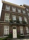 foto van Pand met twee verdiepingen met gescheiden cordonbanden van hardsteen en zadeldak.
