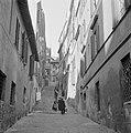 Mensen in een straatje met trappen, Bestanddeelnr 191-1230.jpg