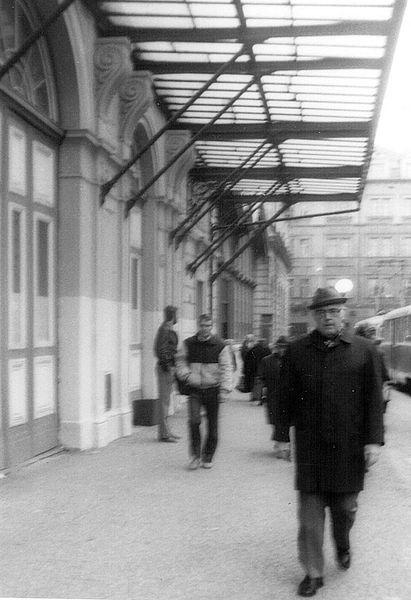 File:Nádraží střed, tramvajová zastávka 1985.jpg