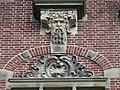 Nijmegen - Geveldecoratie van Egidius Everaerts boven de ingang van Huis Heyendaal.jpg