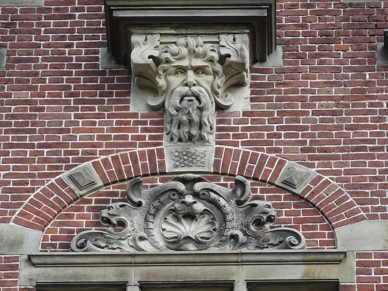 File nijmegen geveldecoratie van egidius everaerts boven de ingang van huis - Ingang van een huis ...