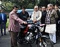 Nitin Gadkari along with the Chief Minister of Bihar, Shri Nitish Kumar inspecting the vehicles run on alternate fuel, in New Delhi (1).jpg