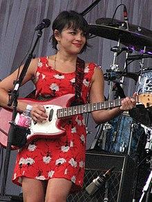 Norah con la chitarra nel 2010