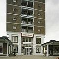 Overzicht van de ingangspartij op de kop van de flat - Rotterdam - 20389424 - RCE.jpg