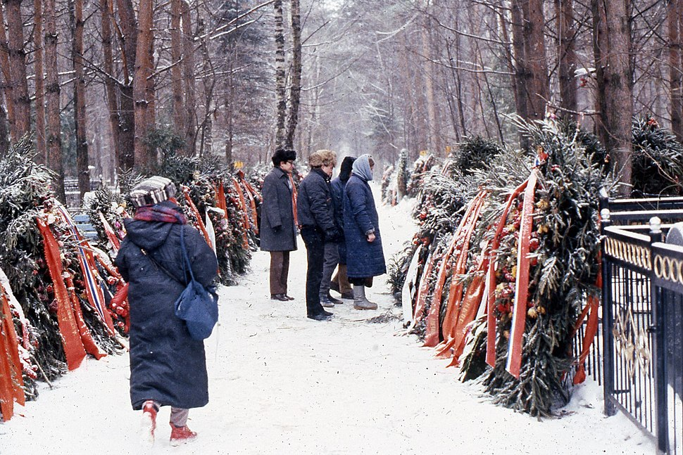 People gathered at the grave of Andrei Sakharov, 1990