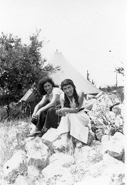 גן-שמואל-ליד אהל המגורים 1937
