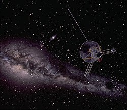 En kunstners tolkning af Pioneer 10 i højde med Neptunus omloppsbana.   Den stærkt lysende stjerne skævt over billedets mit er solen.   Det lange lyse bånd på billedet er Vintergatan.