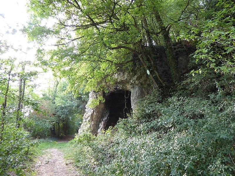 Porche de la grotte Sainte-Reine en rive droite de la Moselle à Pierre-la-Treiche,  en Meurthe-et-Moselle (France), vu de l'est.
