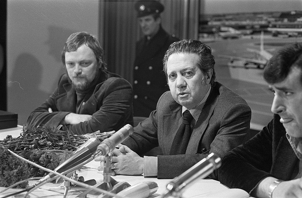 Portugese minister Soares (voorzitter Socialistische Partij) op Schiphol aangeko, Bestanddeelnr 927-7110