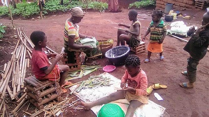 Préparation des bâtons de manioc 01.jpg
