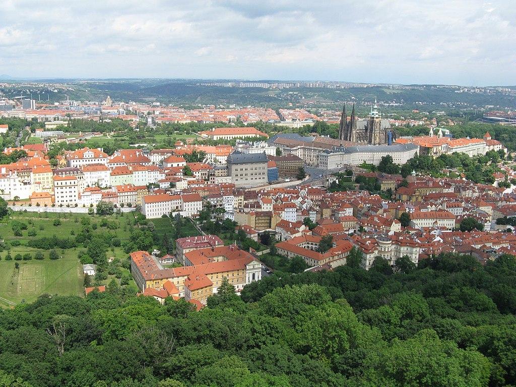 Vue sur le quartier de Hradcany à Prague, il comprend le chateau et la cathédrale et s'étend plus à l'ouest ici à gauche sur la photo.