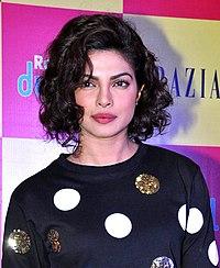 Priyanka Chopra, med kort, krøllete hår, i en prikkete topp