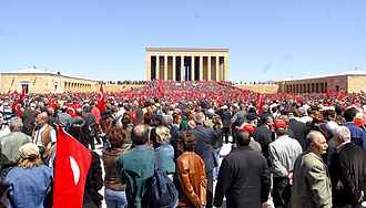 Turkish presidential election, 2007 - Turkish demonstrators in the large square before the Anıtkabir