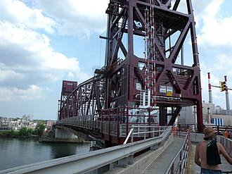 Roosevelt Island Bridge - Image: RI Bridge closeup jeh