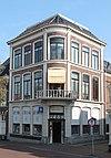 foto van Boekwinkel met bovenhuis in neo-classicistische stijl