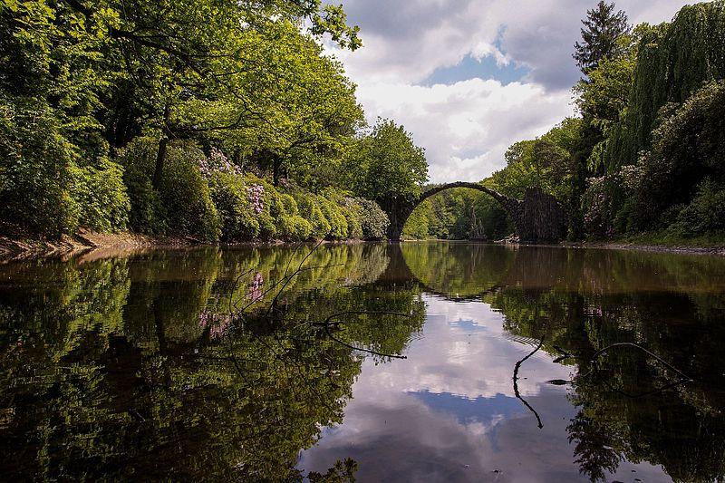 File:Rakotzbrücke im Azaleen- und Rhododendronpark Kromlau.jpg