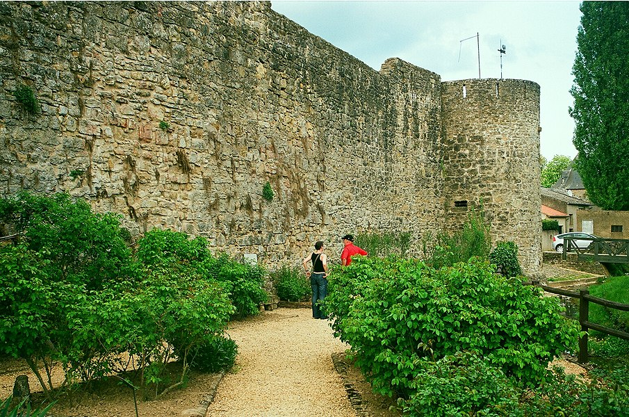 Rodemack, the town wall at the medieval garden