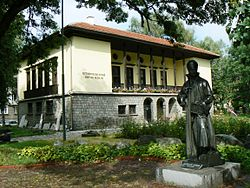 Samokov Historical Museum with the statue of Zahari Zograf