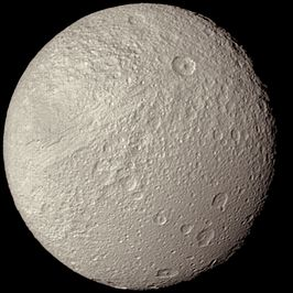 Tethys, gefotografeerd door Voyager 2 in 1981 (NASA)
