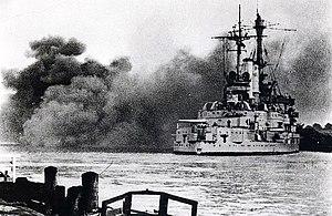 Das Kadettenschulschiff Schleswig-Holstein beim Beschuss der Westerplatte im Hafen von Danzig zu Beginn des Zweiten Weltkrieges
