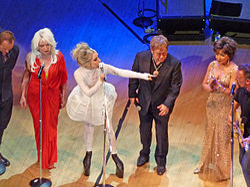 Da sn: Sting, Debbie Harry, Lady Gaga, Elton John, Shirley Bassey e Bruce Springsteen alla Carnegie Hall nel 2010