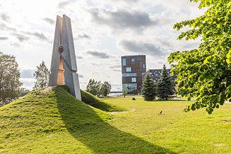 "Umeå Arts Campus - The sculpture ""Skin 4"" by Mehmet Ali Uysal with Bildmuseet in the background."