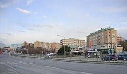 Venstre:   Frösundaleden ved trafikplads Haga nordlig, vy mod vest.   Højre:   Frösundaleddet i højde med Råsunda stadion, vy mod sydøst.