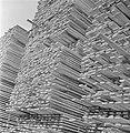 Stapels gezaagde planken, Bestanddeelnr 191-0645.jpg