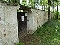 Stráž nad Nežárkou - židovský hřbitov brána a zeď.jpg