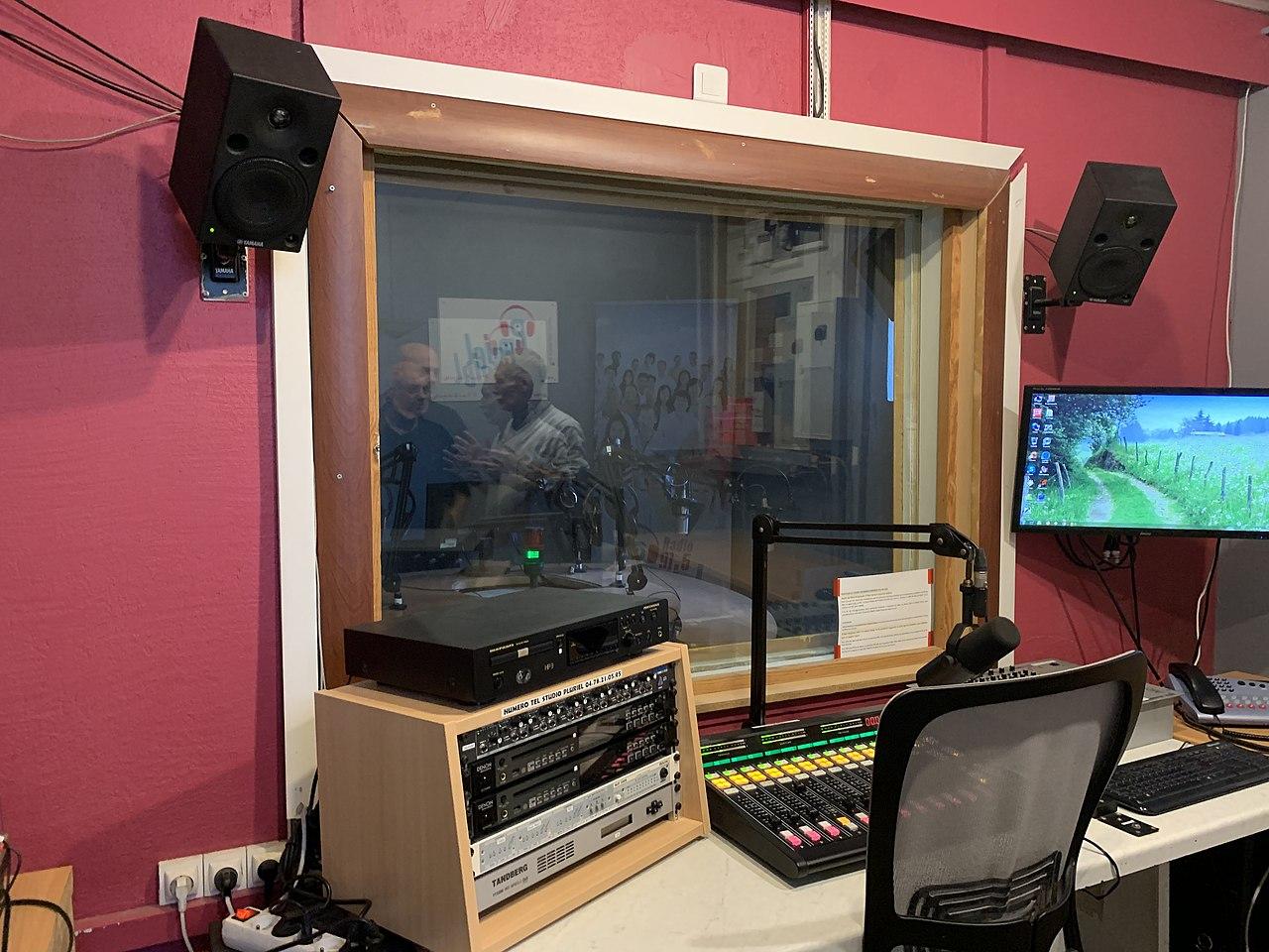 file studio de radio pluriel saint