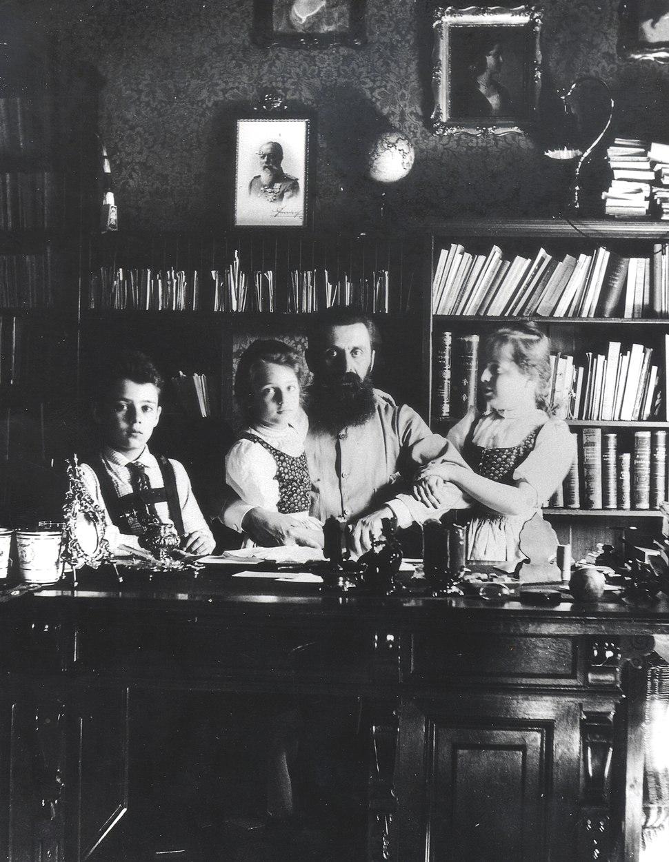 THEODOR HERZL WITH HIS CHILDREN IN HIS VIENNA STUDY. תאודור הרצל עם ילדיו בחדר העבודה בווינה - שנת 1897.