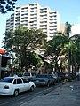 Taxi y edificio en Caracas.jpg