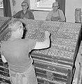 Tel Aviv. Typografen van de drukkerij waar het dagblad Dawar (Davar) wordt gedru, Bestanddeelnr 255-1873.jpg
