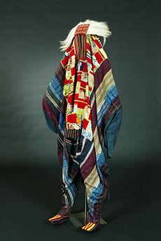 be9f5754a3 A joruba törzsi vallás egy táncosának öltözéke