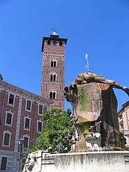 La fontana di Piazza Medici e la Torre Troyana