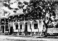 Tropenmuseum Royal Tropical Institute Objectnumber 10020795 Een houten woonhuis met groot balkon.jpg