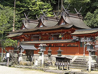 Shinto architecture - The honden at Uda Mikumari Shrine Kami-gū is made of 3 joined Kasuga-zukuri buildings