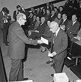 Uitreiking David Roellprijs 1964 , Piet Zwart (r) ontvangt prijs van prof. De Ga, Bestanddeelnr 917-1514.jpg