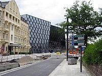 Umbau der Werthmannstraße in Freiburg für die Stadtbahn, in der Bildmitte die neue UB 1.jpg