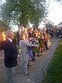 Viceborgmester Søren Rasmussen med Kolding Byråds krans ved mindesmærket for frihedskampens ofte, ved Staldgården i Kolding, 4. maj 2018. (32570552388).jpg